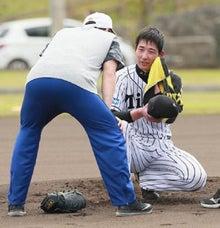 へたり込む岩崎優投手
