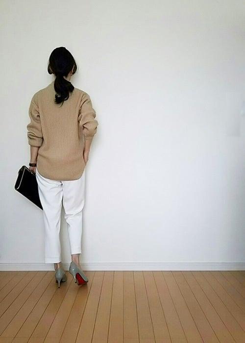 超・美シルエットの白パンツで大人女子コーデ