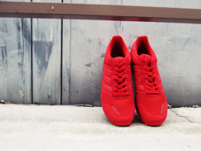 スニーカー メンズ adidas 赤
