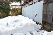 雪に囲まれる古民家