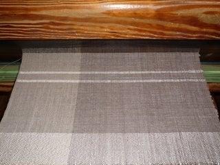泥染の糸で織る1