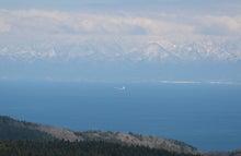 立山連峰を背景に船が行きかう