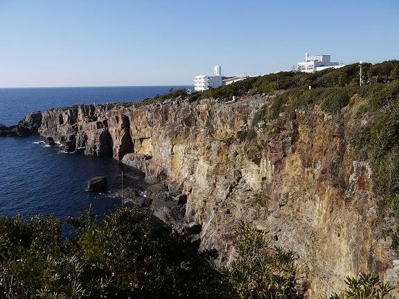 絶壁と海空