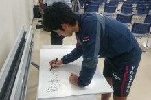 メッセージを書く久木田選手