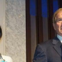 前ブッシュ大統領と安…