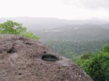 巨石の上面に落雷の跡