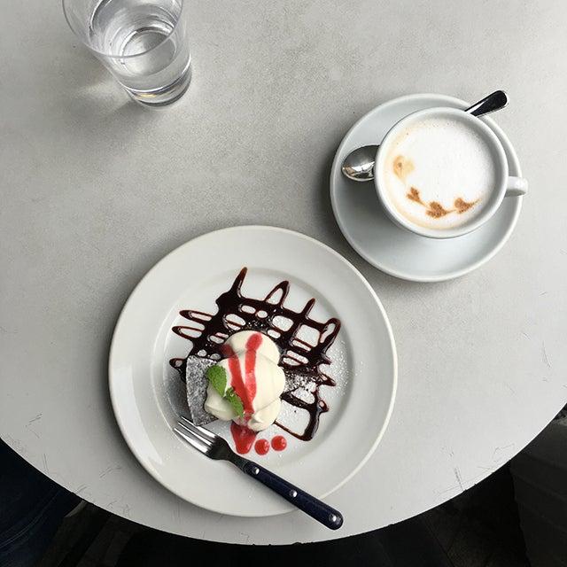 iPhoneでカフェのスイーツを撮る