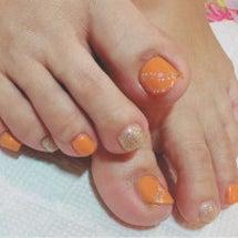 オレンジのフットネイ…