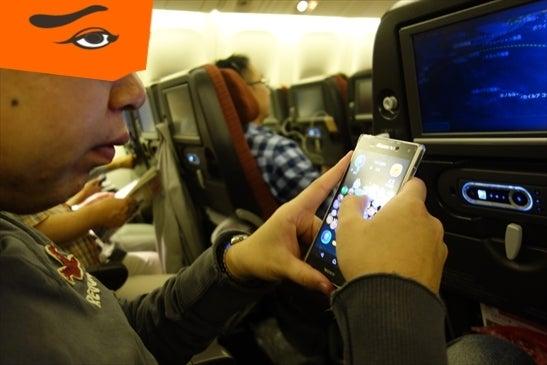 機内でツムツムする人
