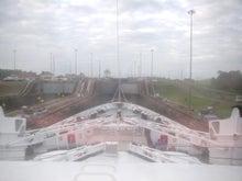 パナマ運河 ゲート前