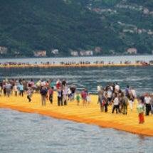 湖の上を歩く人々 …
