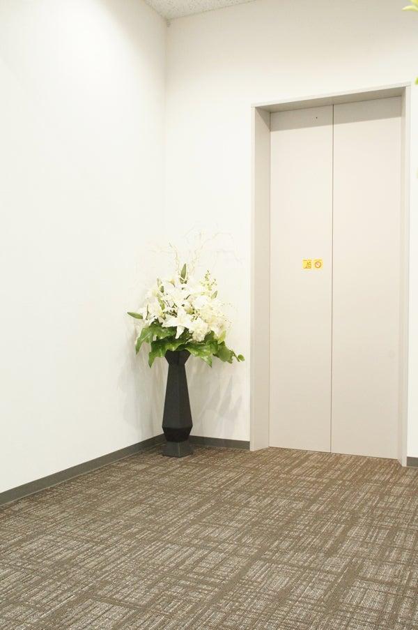 エレベーターに花