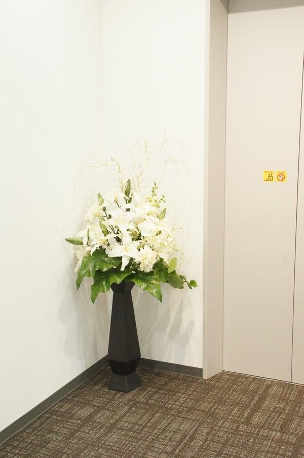 エレベーター前の造花