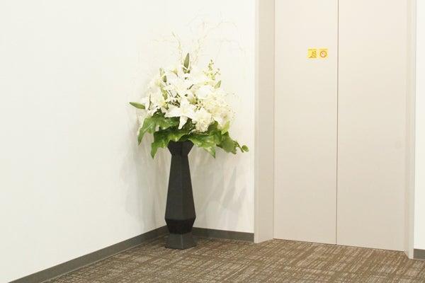 エレベーターホールに飾る造花