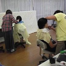 暁学園の理髪ボランテ…