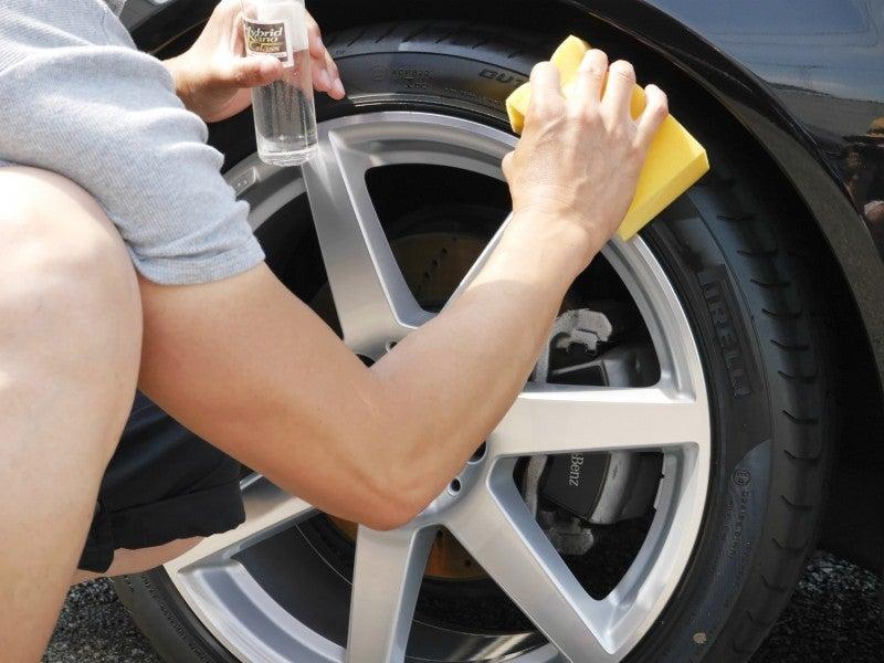 タイヤコーティングをスポンジにつけて薄く塗りこむ