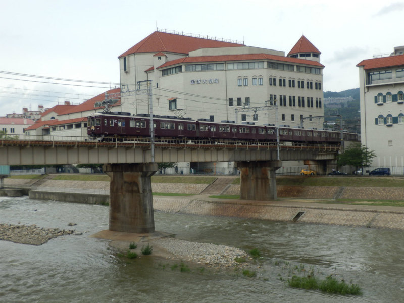 川を渡る阪急電車