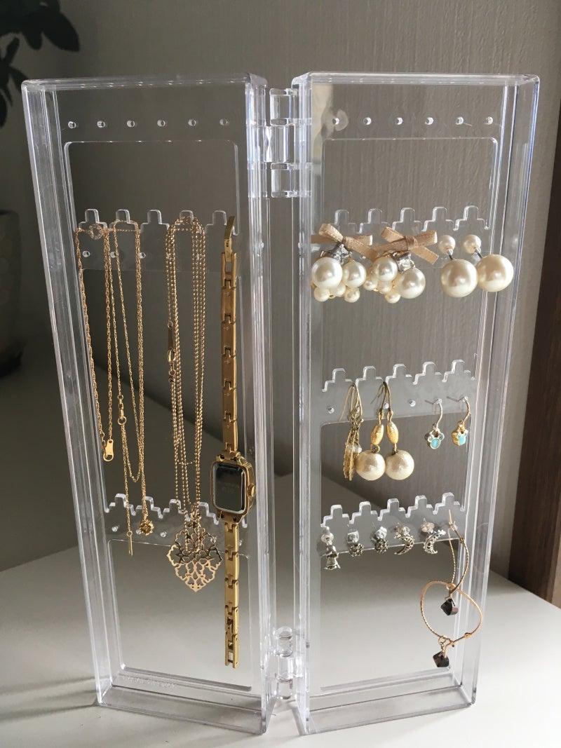 ピアスの他にネックレス、ブレスレット、時計までまとめて普段使いするものを収納しています。