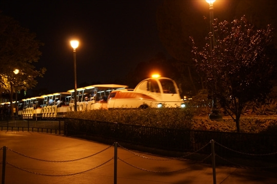 駐車場に向かう電車みたいなの