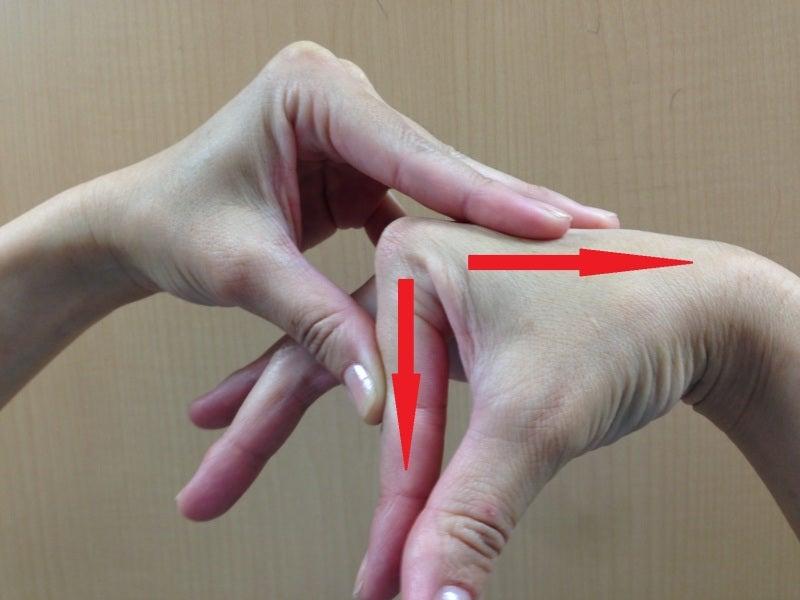 指の関節を鳴らす1