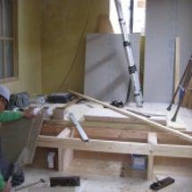 床収納を施工中です