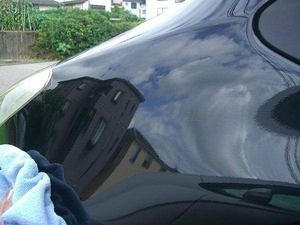 車のガラスコーティングの塗り斑を消して仕上げる
