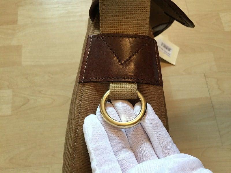 ブレディバッグの検品作業風景真鍮製金具