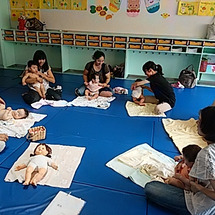 幼稚園でベビーマッサ…