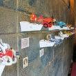 迫力の紙飛行機が、壁…