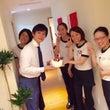 スタッフに誕生日を祝…