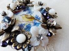 天然シェルに描かれた小鳥とお花のブローチ