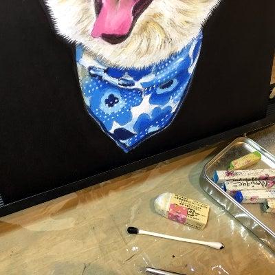 チョークアートで描いた犬のスカーフ部分