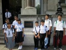 日本大使館前で