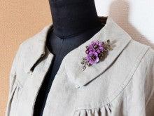 カラフルフラワーと淡水パールのS字ブローチ(紫)