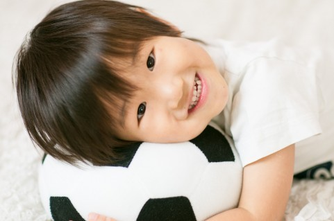 サッカーボールで遊ぶ男児