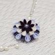 青い花のペンダント