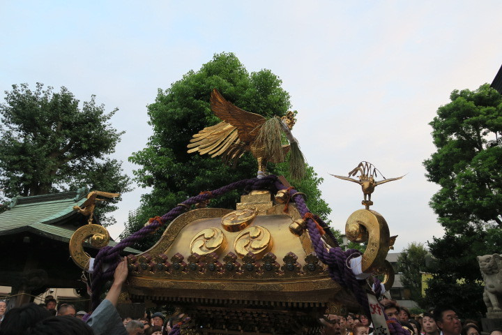 五穀豊穣を願い鳳凰が稲穂を加えています