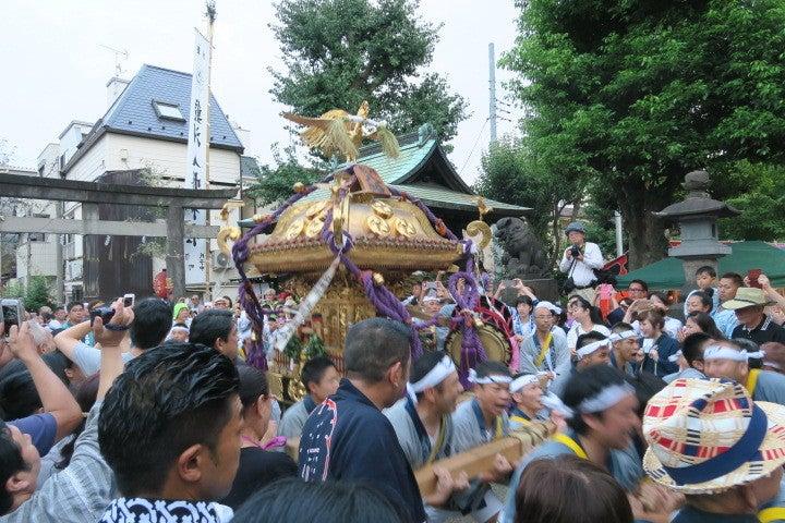 旧東海道から参道は祭礼会の皆さんで宮入