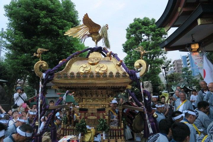 神社の階段に華棒を置いて宮入
