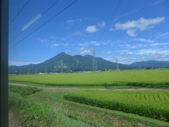 猪苗代東からと磐梯山を望む