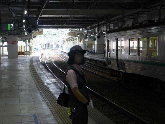 電車入線を待つ女性車掌 仙台駅にて