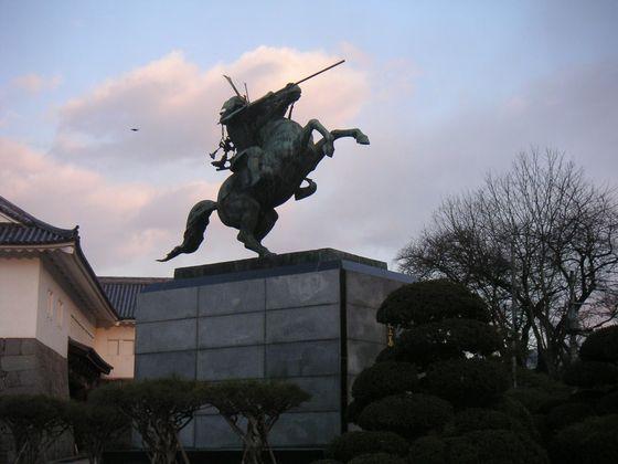 公霞城園内の最上義光の銅像