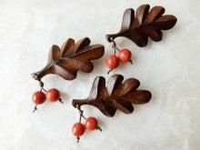 木製葉っぱとアップル珊瑚の木の実のブローチL