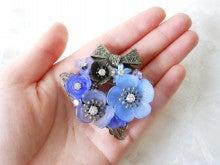 青のお花のブーケブローチ