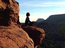 400断崖で瞑想する女性