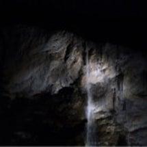 スイスの滝の裏っかわ