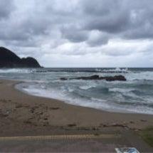 本日の竹野浜は波が高…
