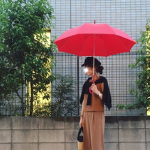 上下キャメルと赤い傘…