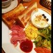 優雅に朝ご飯食べてま…