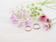 結婚指輪に添えたピンクの花(花水季さん)